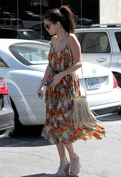 Selena-Gomez-going-to-the-salon-with-Charity-Lynne