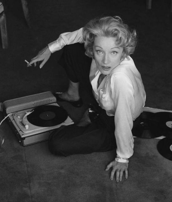 """Je suis allé lui acheter un tourne disque TEPAZ dans la rue commerçante derrière l'hotel, car elle aimait écouter de la musique """"i want to be alone with my gramophone"""". elle était capricieuse, bourgeoise dans l'intimité et autoritaire. Mais elle avait un énorme sex appeal."""